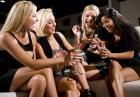 Flirt i uwodzenie - po czym poznać, czy ona ma ochotę na podryw i romans?