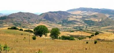Dom na sycylijskich wzgórzach