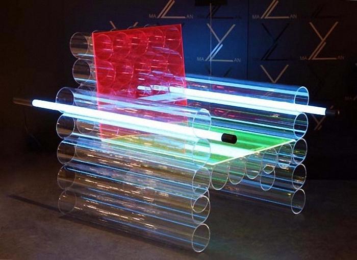 Futurystyczny fotel z pleksiglasowych rur