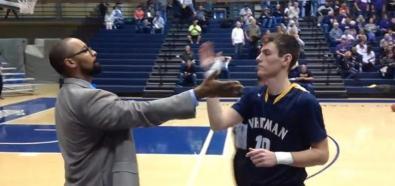 Niezwykłe przywitanie trenera z koszykarzami