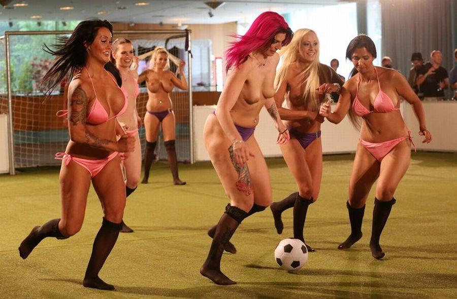 Чемпионат Европы по голому футболу (7).