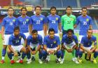 Piłkarz Malezji fauluje sędziego w meczu towarzyskim przeciwko Australii