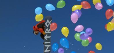 Snowboardowe loty na tle kolorowych balonów