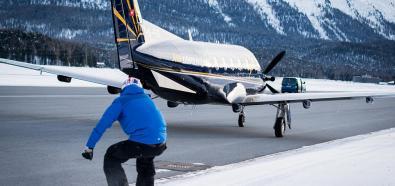 Snowboradzista ciągnięty przez samolot