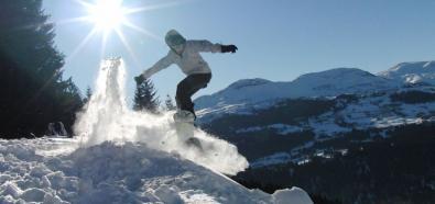 Jazda na snowboardzie w nieczynnym parku wodnym