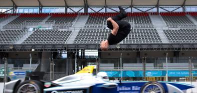 Damien Walters - backflip nad pędzącym bolidem!