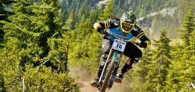 Bryn Atkinson szaleje na rowerze w lesie
