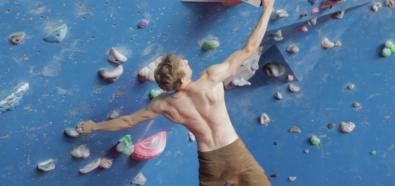 Louis Parkinson - pokaz siły na ściance wspinaczkowej